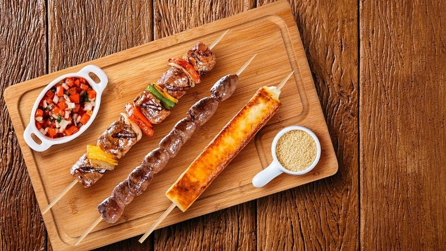 Combinações que envolvem carne e leite e derivados (como o hambúrguer, estrogonofe e até os espetinhos do churrasco) podem atrapalhar a absorção do ferro naquela refeição - iStock