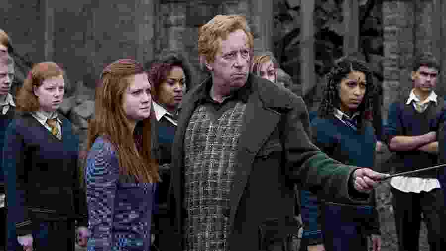Arthur Weasley (Mark Williams) com Gina (Bonnie Wright) em cena de Harry Potter e as Relíquias da Morte: Parte 2 - Divulgação/IMDb