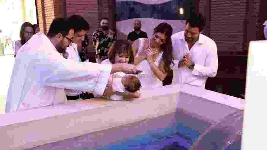 A apresentadora Amanda Françozo e o empresário Gregor Ferreira batizaram Vitória no Santuário Nacional de Aparecida - Marcos Ribas/Brasil News