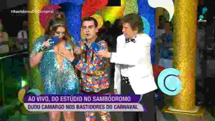 Entre Simony e Nelson Rubens, o apresentador do SBT Dudu Camargo apalpa os seios da cantora  - Reprodução/RedeTV!