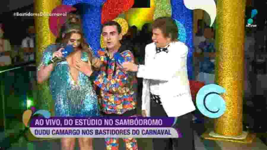 """Dudu Camargo apalpa seios de Simony no programa """"Bastidores do Carnaval"""", da RedeTV! - Reprodução/RedeTV!"""