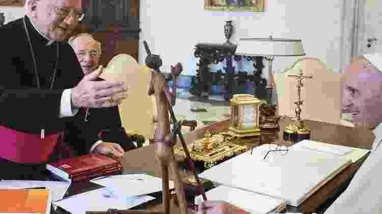 Papa recebe obra de Marcos Sertânia no Vaticano, entregue por um arcebispo da igreja católica - Reprodução/Instagram @marcosdesertania74 - Reprodução/Instagram @marcosdesertania74