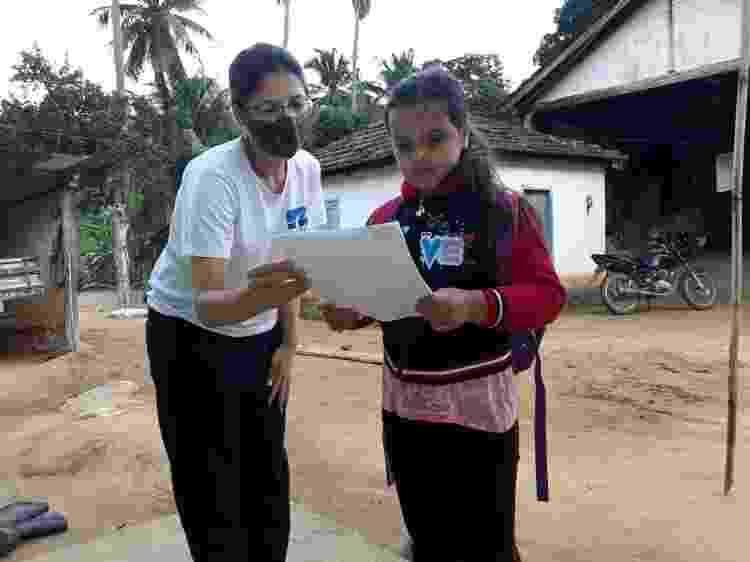 No município de Baixo Guandu (ES), a professora Luzia Correia entrega material escolar na casa de alunos que não têm condições de estudar online durante pandemia - Arquivo Pessoal - Arquivo Pessoal
