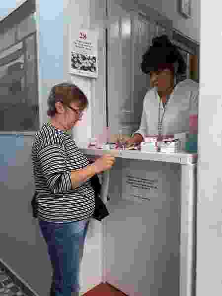 A farmacêutica Tania Gasparetto seleciona medicamentos que serão distribuídos pela ONG Campanha dos Remédios - Divulgação/Campanha dos Remédios - Divulgação/Campanha dos Remédios