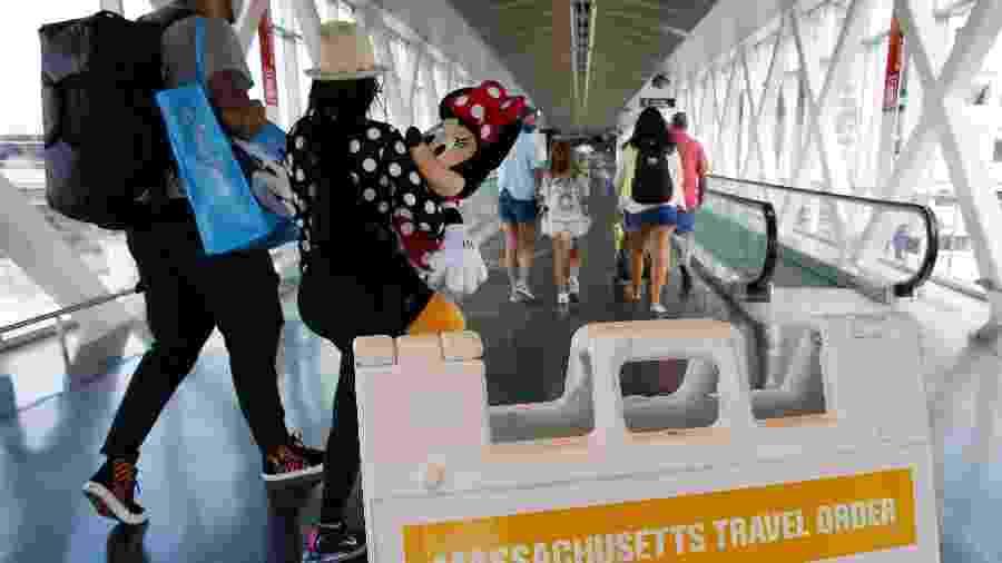 Passageiros passam pelo aeroporto Logan, em Massachusetts - Boston Globe via Getty Images