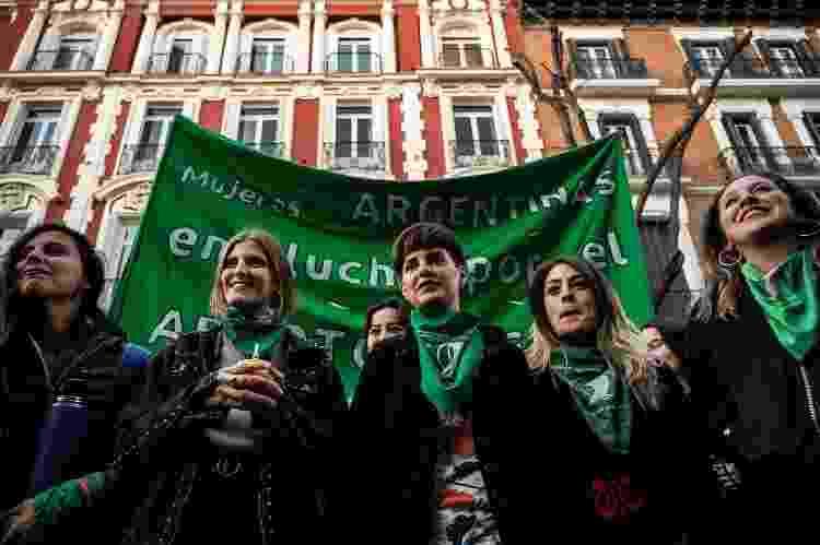 Mulheres fazem manifestação em frente à embaixada Argentina para pedir o direito ao aborto - Marcos del Mazo/LightRocket via Getty Images - Marcos del Mazo/LightRocket via Getty Images