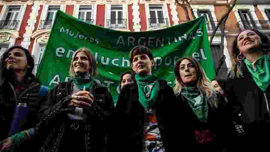 Mulheres fazem manifestação em frente à embaixada Argentina para pedir o direito ao aborto - Marcos del Mazo/LightRocket via Getty Images