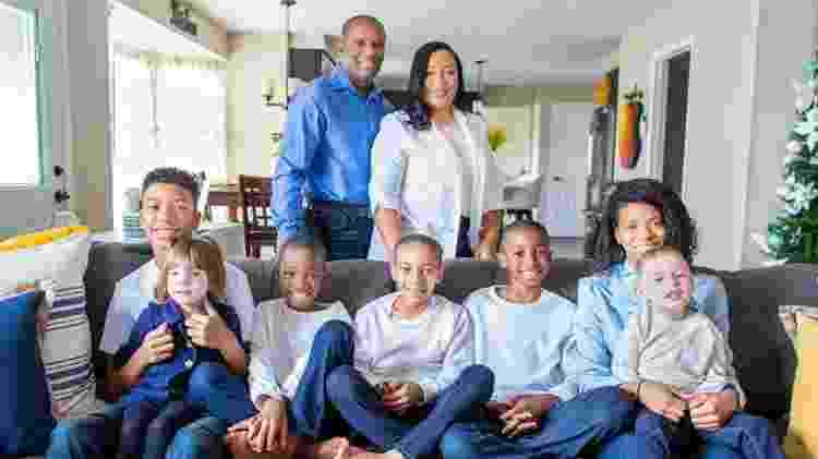 Hoje, Jaqueline e James são pais de sete filhos, cinco deles adotados - Acervo pessoal - Acervo pessoal