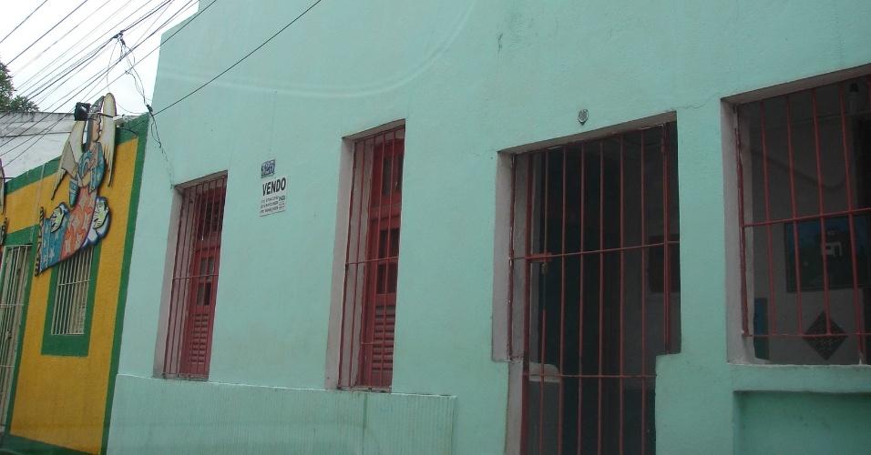 """20.jan.2016 - Bar próximo aos """"Quatro Cantos"""", já na Rua do Amparo, espera inquilinos"""