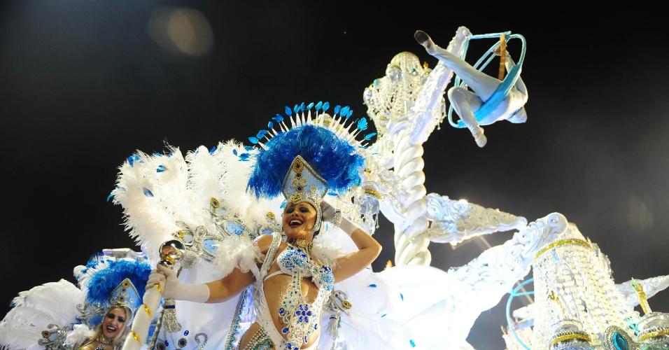 6.fev.2016 - Sósia de Cláudia Raia desfila como destaque em um dos carros alegóricos da Nenê de Vila Matilde
