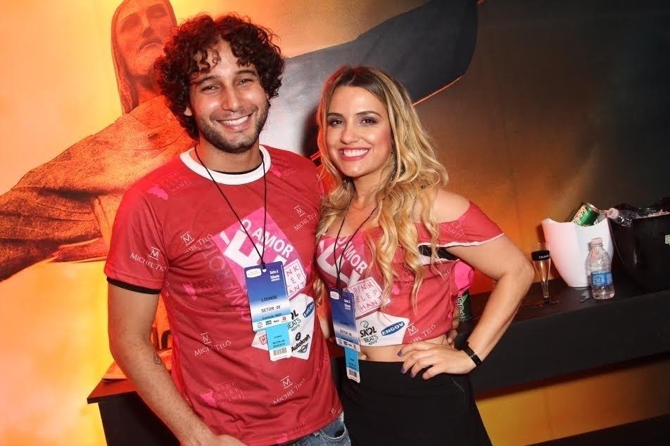 6.fev.2016 - O ator Rafael Andrade e a namorada no camarote É o Amor, da dupla Zezé di Camargo & Luciano, na Sapucaí
