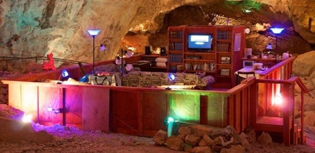 A acomodação tem televisão, sofás e até uma vitrola que ainda funciona - Divulgação/Grand Canyon Caverns