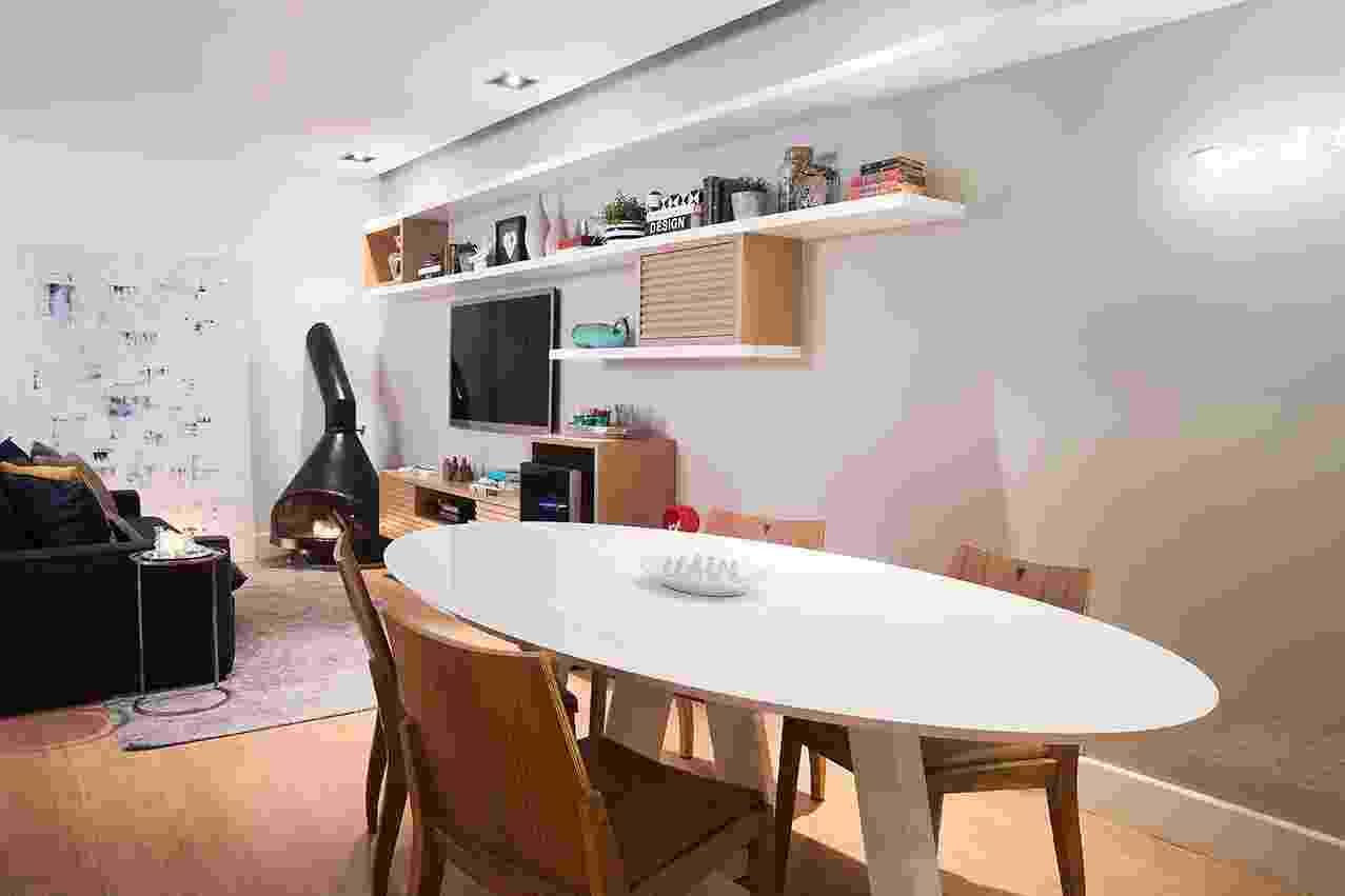 """A casa Alto da Boa Vista, na zona sul de São Paulo, tem arquitetura dos anos de 1950. Sessenta anos depois, o escritório D2N Arquitetura e Interiores deu nova cara ao estar com 35 m², onde um casal jovem, apreciador de vinhos e viagens, adora receber amigos. O resultado é moderno e acolhedor! No living em L a paleta é serena e delicada, com base nas cores neutras. O """"layout"""" foi estudado para obter espaço em estilo contemporâneo com toques retrô - Celia Weiss/ Divulgação"""