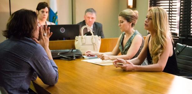 """Gui (Vladimir Brichta) e Diana (Alinne Moraes) se encontram no fórum em """"Rock Story"""" - Cesar Alves/TV Globo"""
