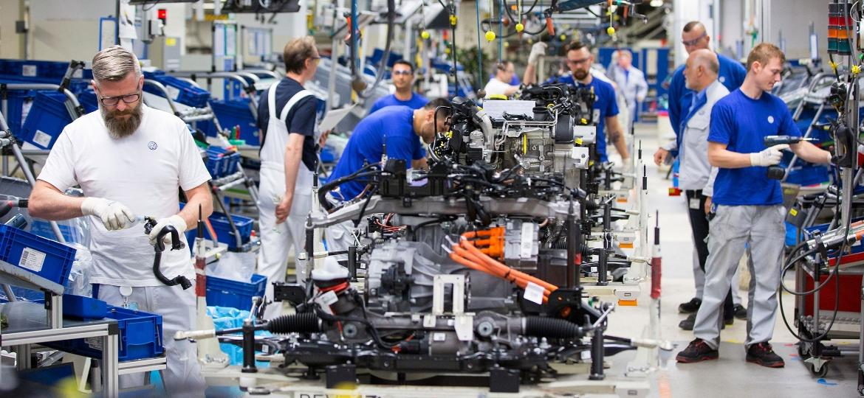Empregados da Volkswagen trabalham na linha de montagem dos motores a diesel em Wolfsburg, na Alemanha - Krisztian Bocsi/Bloomberg