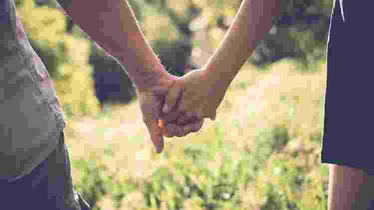 Casal de mãos dadas - iStock - iStock