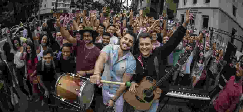 """Zeeba, Alok e Bruno Martini na avenida Paulista, em São Paulo, onde tocaram """"Hear Me Now"""" de surpresa - Divulgação"""