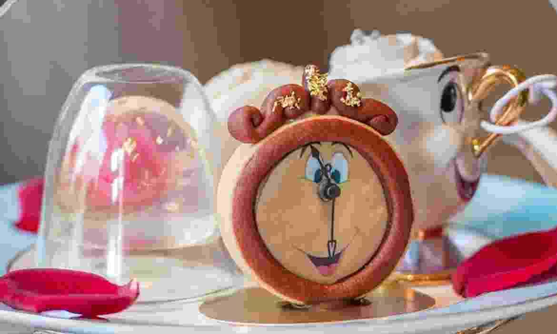"""Com louças e móveis igualzinhos ao da animação """"A Bela e a Fera"""" (1991), um hotel de Londres criou um adorável chá da tarde temático para celebrar o lançamento da regravação do clássico da Disney - Divulgação"""
