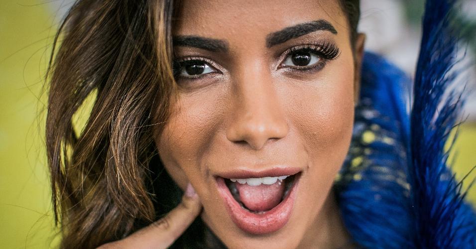 Meiga e abusada: Anitta faz caras e bocas nos bastidores do CarnaUOL