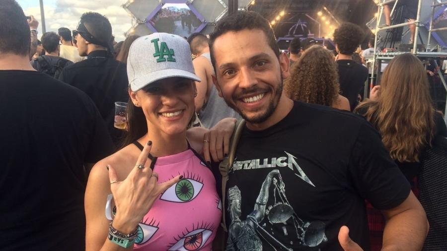 """No palco Perry""""s, os namorados Maysa Parente, 25, e Carlos Cardon, 25, aguardavam para assistir ao show de Metallica - Tiago Dias/UOL"""