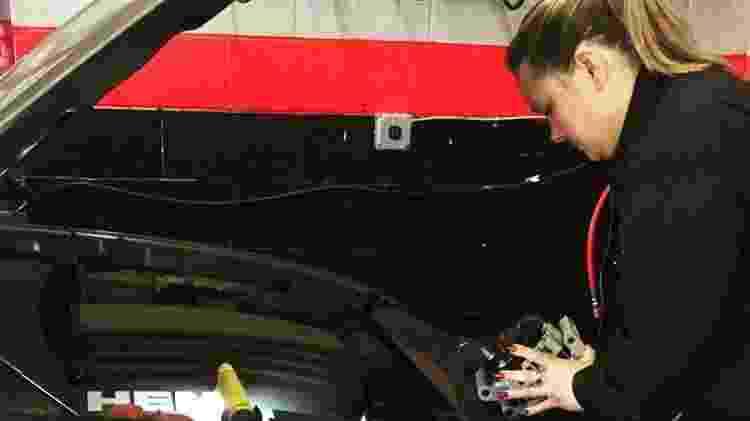 Funcionária trabalhar na oficina mecânica Girls Auto Clinic, na Pensilvânia, nos EUA - Reprodução/Facebook - Reprodução/Facebook