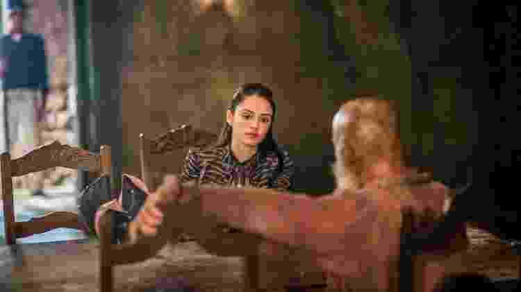 "Anna (Isabelle Drummond) e Fred (Leopoldo Pacheco), frente a frente, na prisão em ""Novo Mundo"" - Paulo Belote/TV Globo - Paulo Belote/TV Globo"