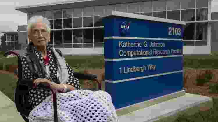 A cientista Katherine Johnson, em frente a prédio que leva seu nome - Divulgação/NASA