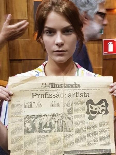 """Isabella Santoni mostra edição da """"Folha de S.Paulo"""" que noticia regulamentação da profissão de artista em 1978 - Reprodução"""