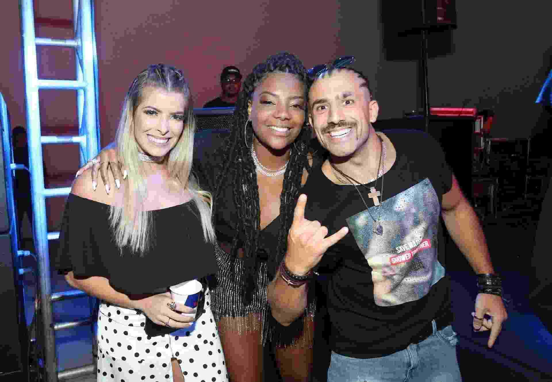 Kaysar e Jaqueline posam ao lado de Ludmilla em festa - Reginaldo Teixeira/ CS Eventos /Divulgação