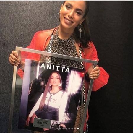"""Anitta mostra certificado de platina que conquistou na Espanha por """"Downtown"""" - Reprodução/Instagram/anitta"""