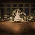 O bolo, todo branco, fazia o estilo clássico e se destacou em uma mesa em tons terrosos - Reprodução/Instagram