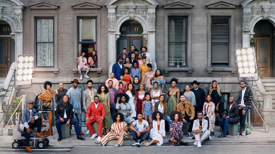 """Netflix reúne 47 atores e criadores negros em vídeo; Vaneza Oliveira, de """"3%"""", aparece à esquerda, atrás do diretor Spike Lee - Divulgação"""