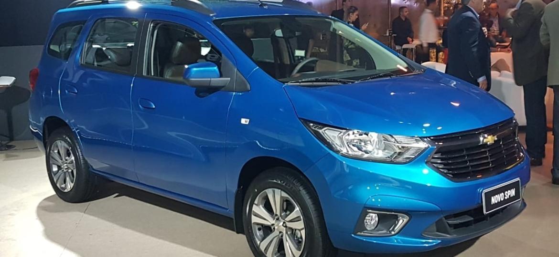 Chevrolet Spin 2019 tem cara nova: faróis espichados, capô redesenhado, grade côncava e para-choque com assinatura cromada em C no contorno daz luzes de neblina - Fernando Miragaya/UOL