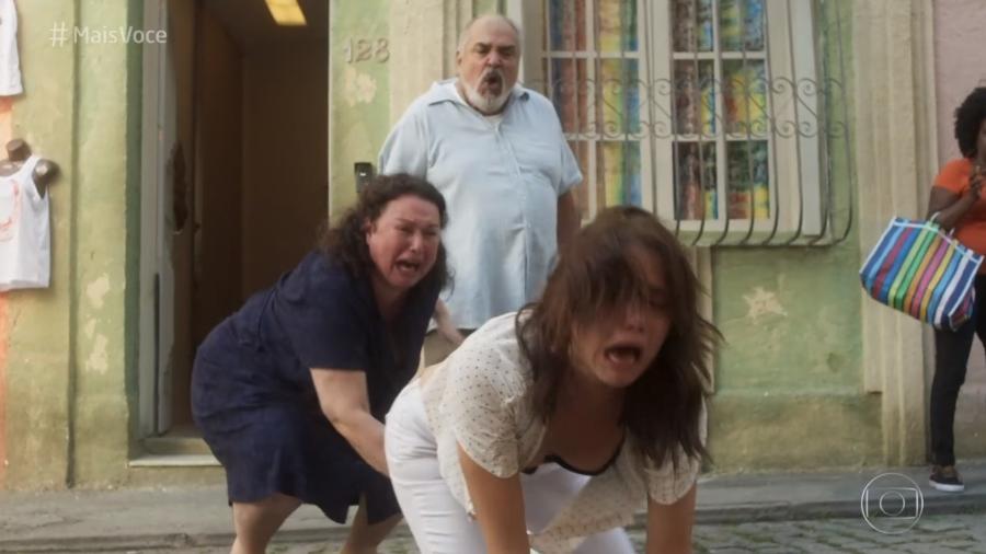 """Rosa cai após ser expulsa de casa pelo pai em cena da novela """"Segundo Sol"""" - Reprodução/Globo"""