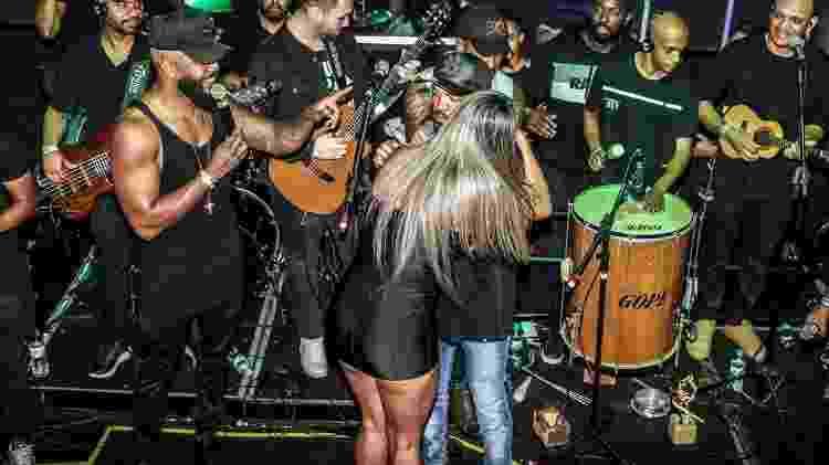 Aline Uva, ex-Miss Bumbum, agarra Belo durante show em São Paulo - Thiago Duran/AgNews - Thiago Duran/AgNews