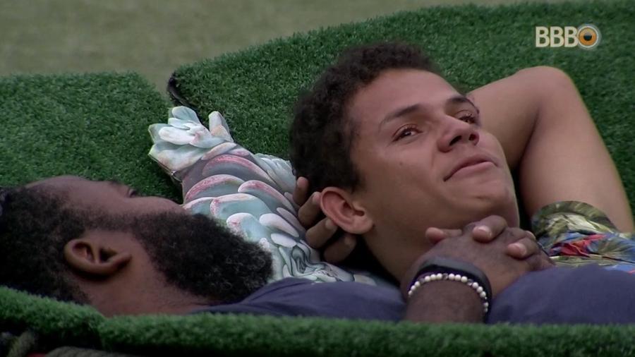Rodrigo e Danrley conversam na área externa da casa - Reprodução/GloboPlay