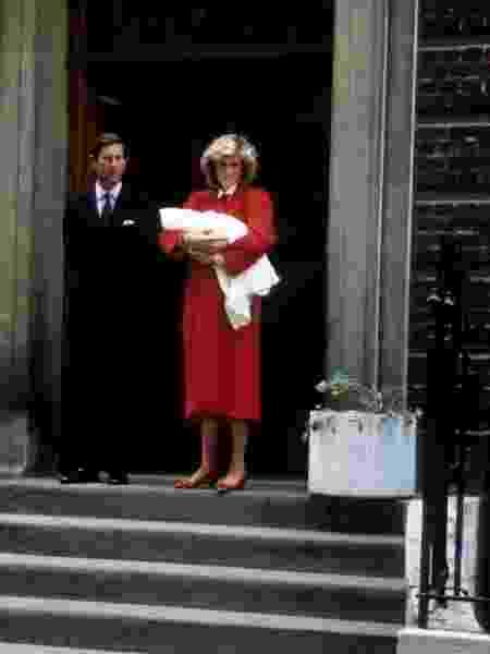 Diana deixa o hospital com Harry no colo, em 1984 - Getty Images - Getty Images