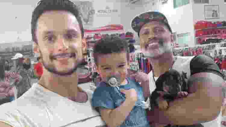 Os pais Paulo Massaro e Adriano Fígaro com Ramon - Arquivo Pessoal