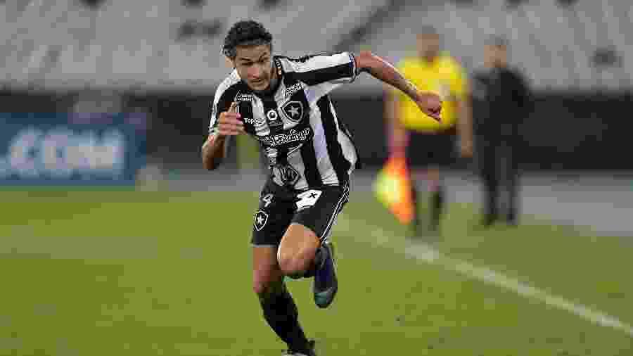 Marcinho sofreu lesão no joelho e desfalcará o Botafogo contra o Flamengo nesta quinta-feira - Thiago Ribeiro/AGIF
