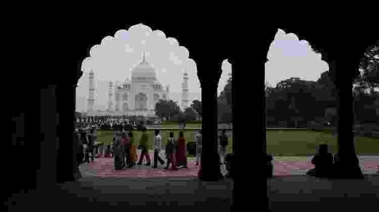 Turistas visitam o Taj Mahal em condições de poluição atmosférica em Agra, em novembro de 2019 - Jewel SAMAD/AFP - Jewel SAMAD/AFP