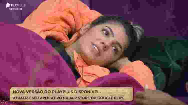 Hari conversa no sofá da sede - Reprodução/Playplus - Reprodução/Playplus