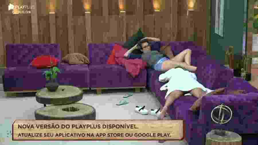 Thayse e Hari na sala da Fazenda 2019 - Reprodução/Playplus