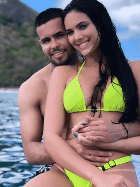 O cantor Jerry Smith com a namorada, Emily Garcia - Reprodução/Instagram