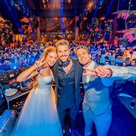 Marina Ruy Barbosa e Xande Negrão com o DJ Alok na festa de casamento deles - Reprodução / Instagram