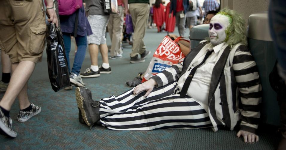 """11.jul.2015 - Vestido como o personagem Beetlejuice, de """"Os Fantasmas se Divertem"""", James Rogovey faz uma pausa durante a San Diego Comic-Con"""