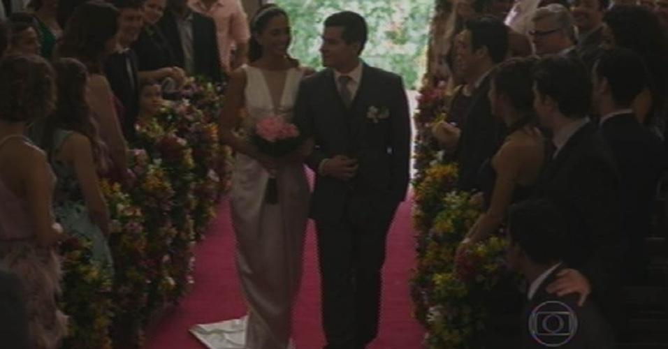 28.ago.2015 - Regina (Camila Pitanga) é levada ao altar por Diogo (Thiago Martins) para se casar com Vinícius (Thiago Fragoso)