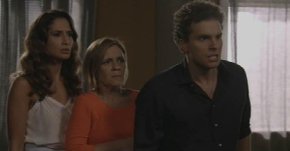 28.ago.2015 - Regina (Camila Pitanga), Inês (Adriana Esteves) e Vinícius (Thiago Fragoso) vão ao apartamento de Beatriz (Glória Pires) e encontram Otávio (Herson Capri) armado