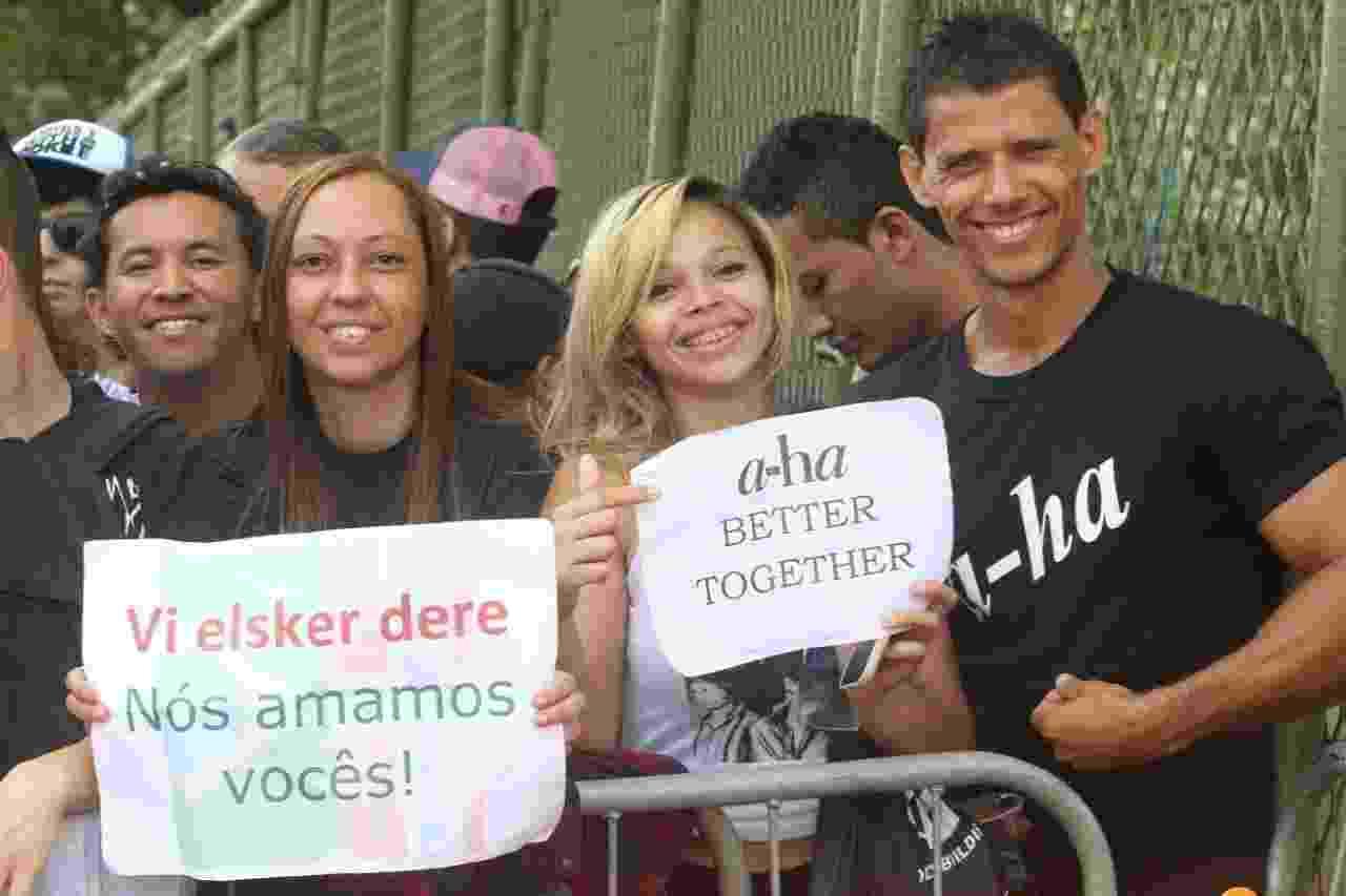 27.set.2015 - A professora Simone Cunha, a estudante Daniele Carvalho e o servidor público Hélio Junior, fãs do grupo A-Ha. - Zulmair Rocha/UOL