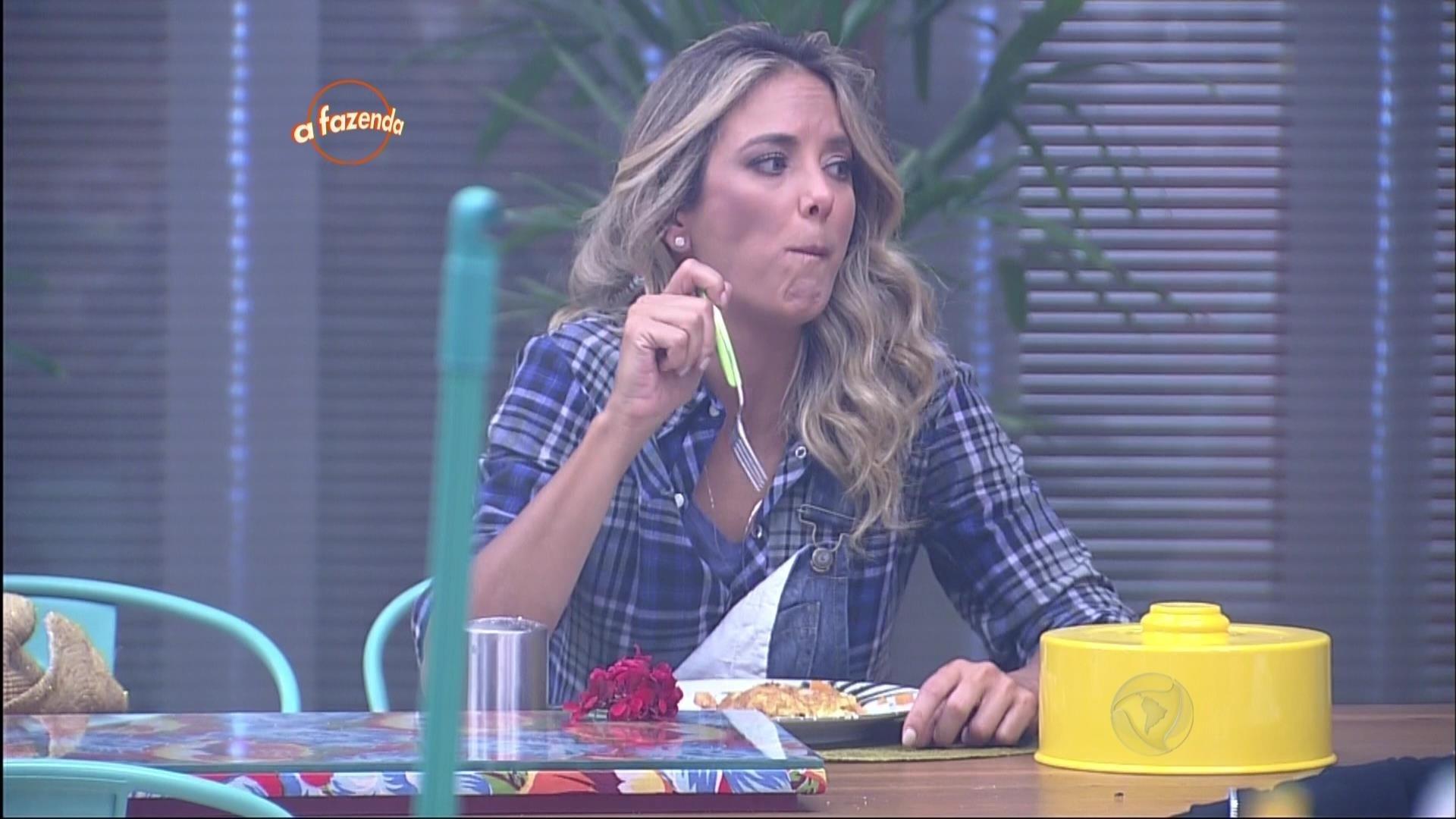 30.out.2015 - Galanteador, Marcelo Bimbi fez um omelete para Ticiane Pinheiro
