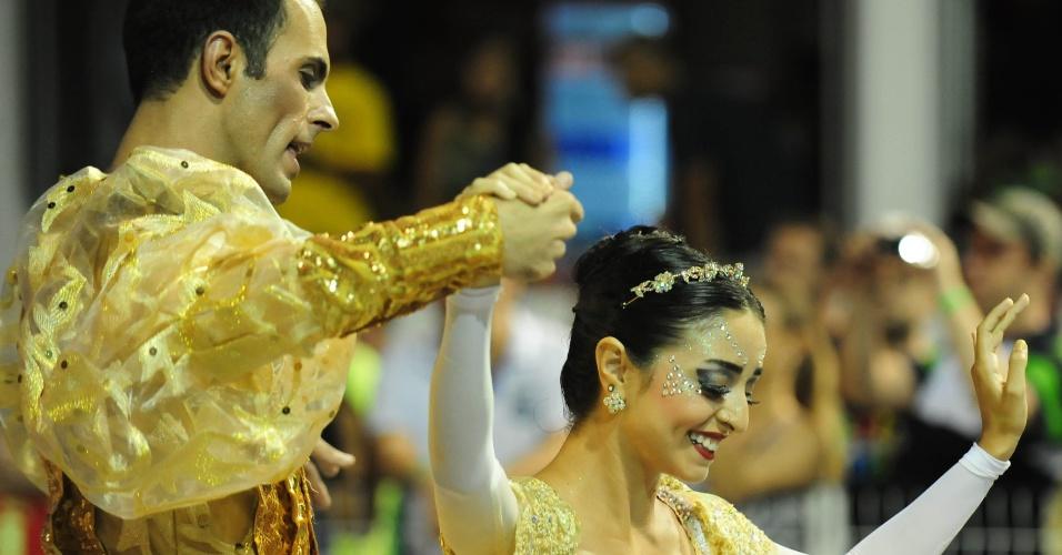 6.fev.2016 - Bailarinas puxaram o desfile da Nenê de Vila Matilde no Anhembi